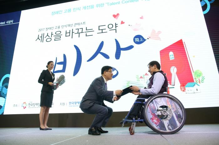 5. 산문부문 금상 시상하는 자유한국당 김광림의원-정진호님.jpg