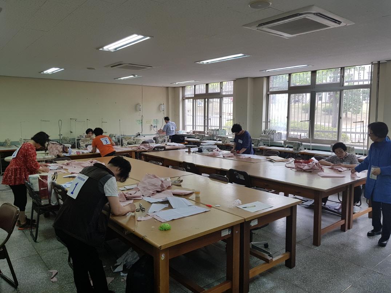 [붙임1]2017년도 지방장애인기능경기대회 경기 장면(양장).jpg
